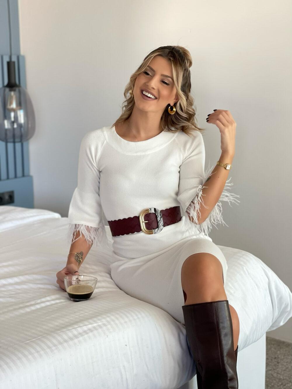 φορεμα λευκο πλεκτο με πουπουλα στα μανικια
