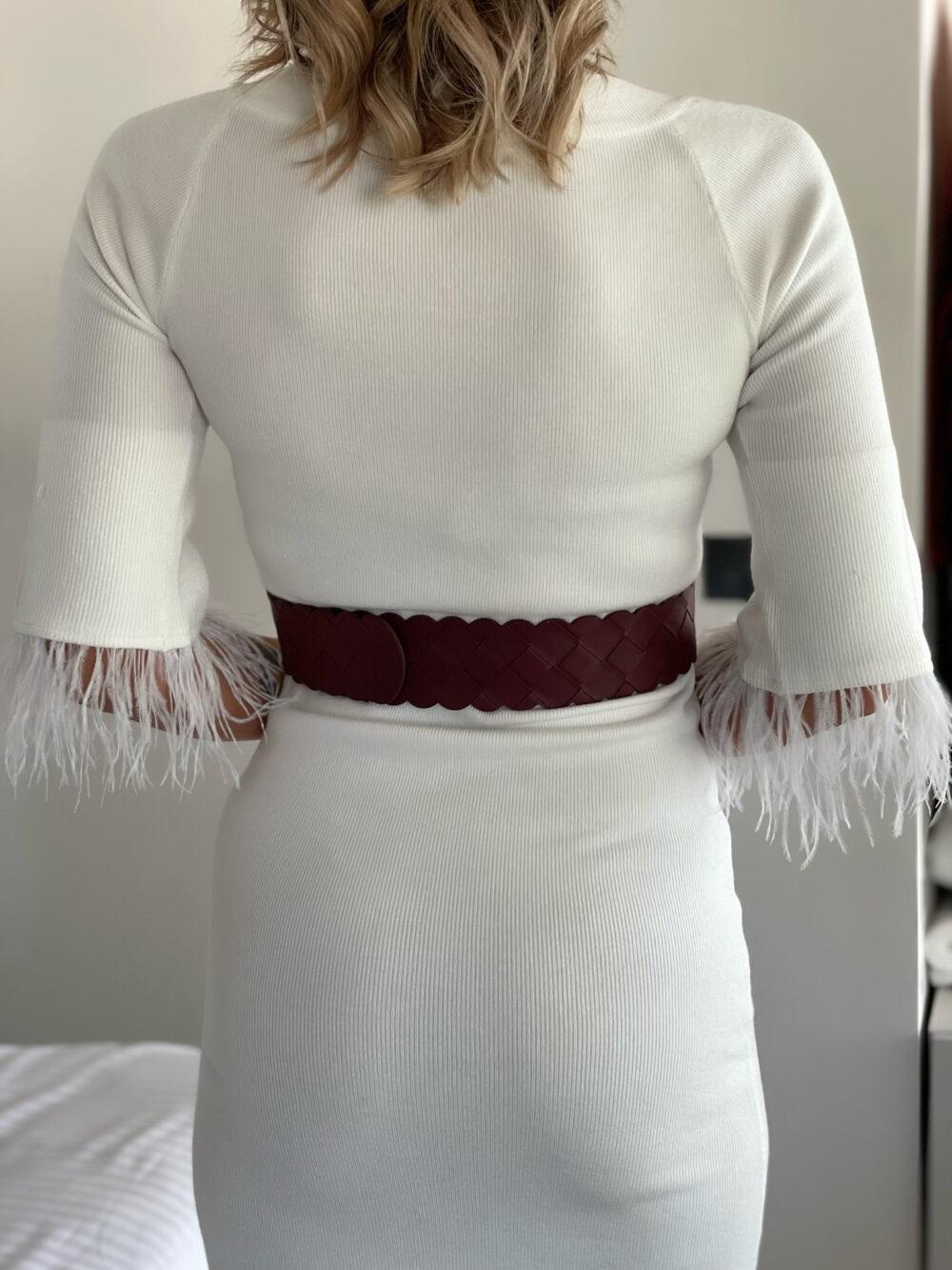 φορεμα λευκο πλεκτο κοντο με πουπουλα στα μανικια